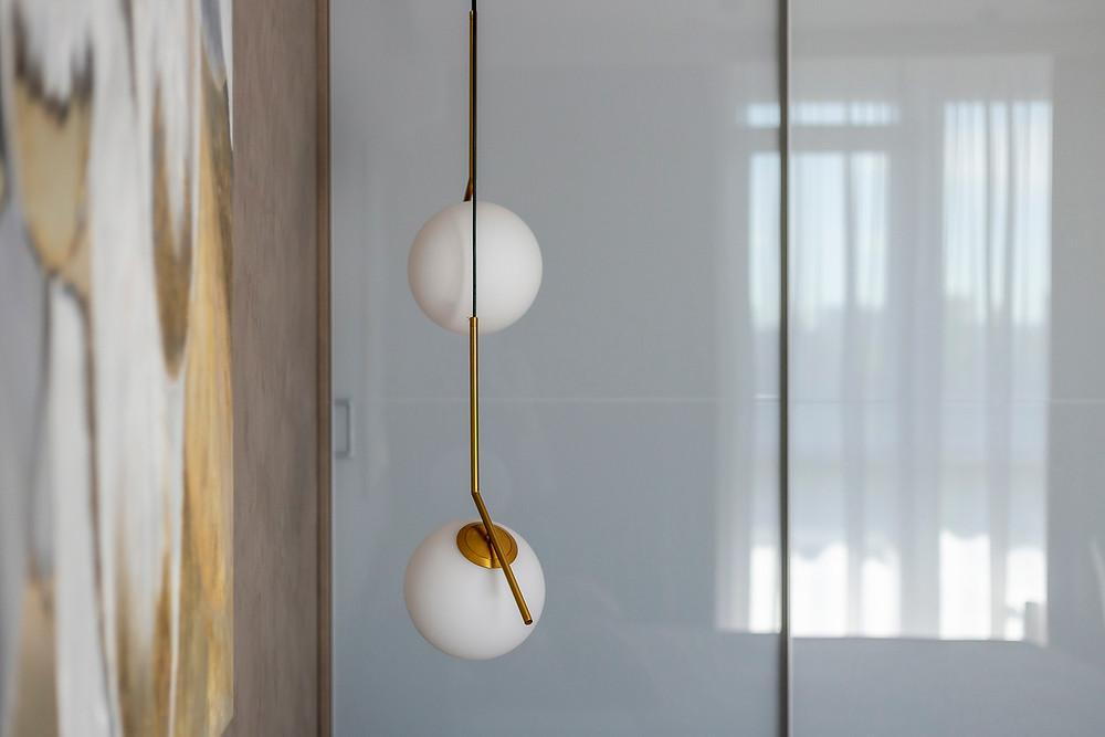 Дизайнерська лампа в інтер'єрі