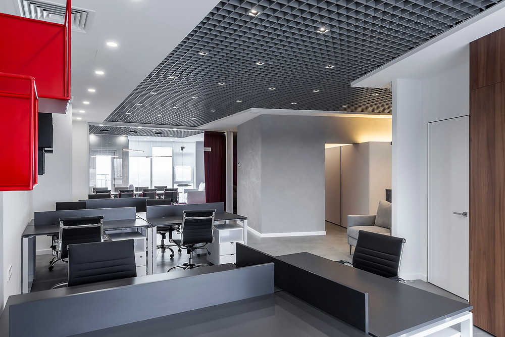 Оупенспейс сучасного офісу. Сірий колір з яскравими вкрапленнями червоного