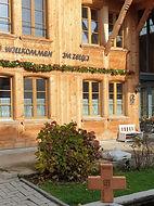 Holzkreuz vor Bauernhof.jpg