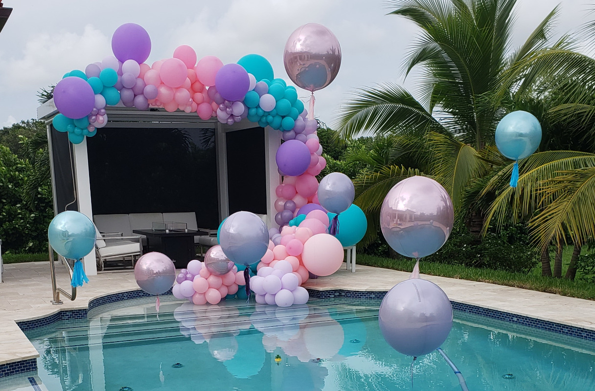 swimming-pool-balloon-arch