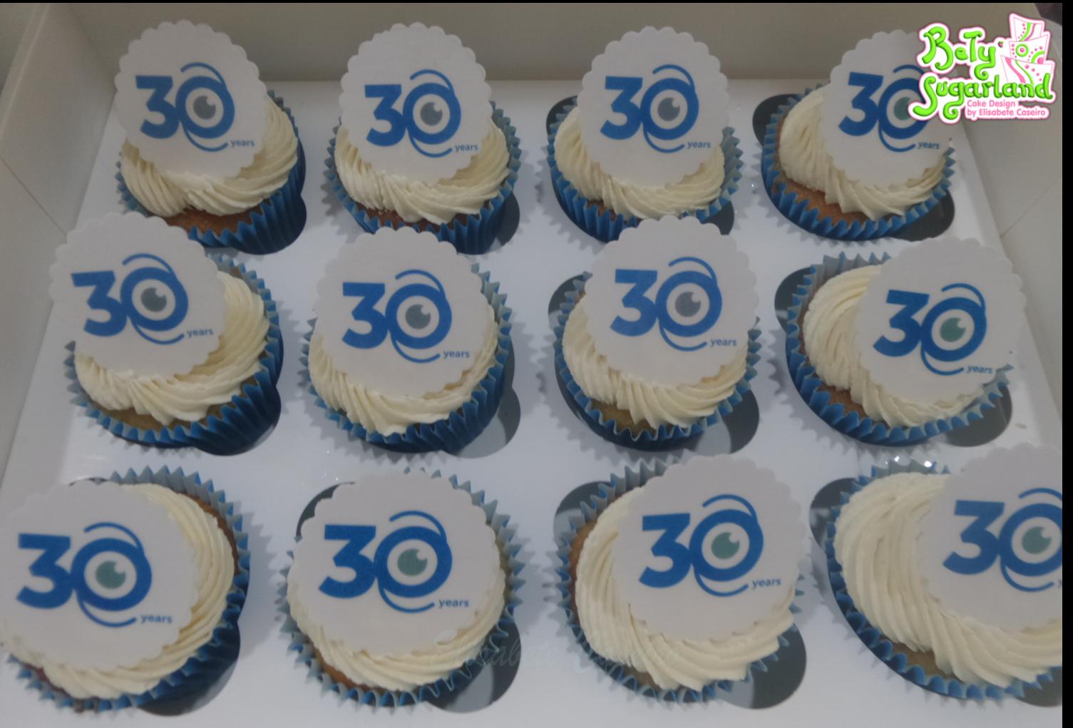 Cupcakes com logo da empresa