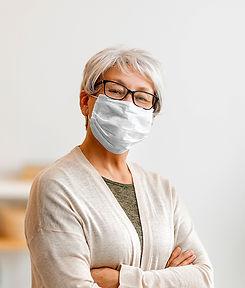 senior-woman-wearing-facemask-AGVWW8B.jp