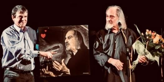 """Charles Suberville et Yves Géraud """"Géronimo"""" lui offrant une oeuvre qu'il a réalisée spécialement pour ses 50 ans de scène 🎂"""