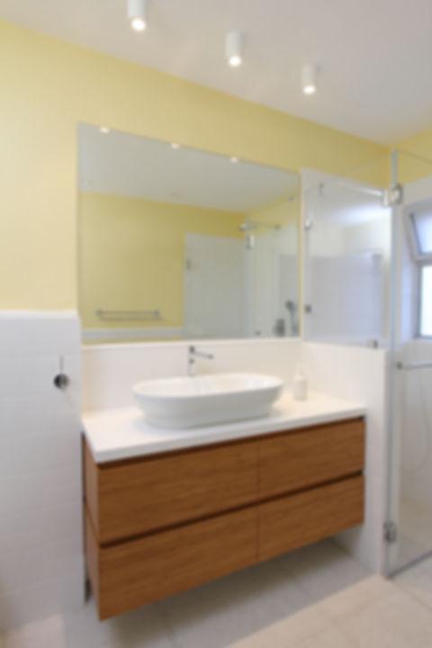 חדר רחצה צהוב ולבן