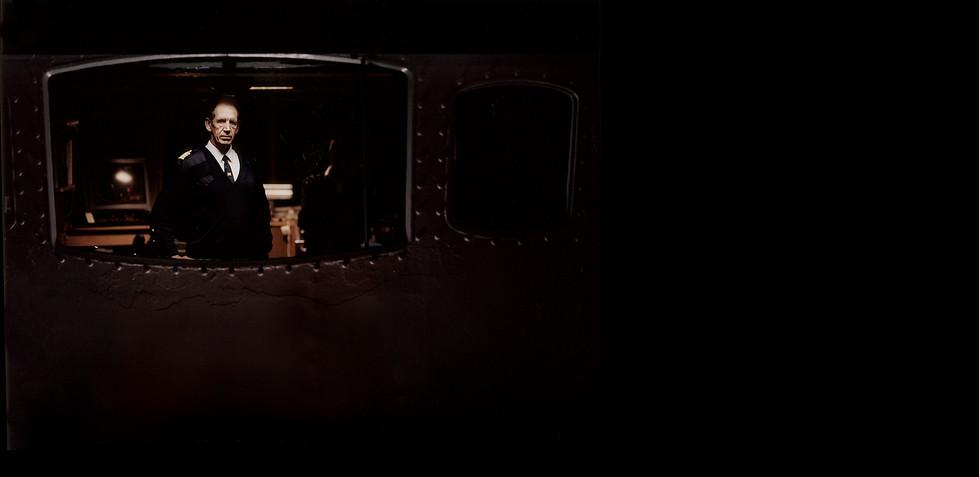 Meist geht in den 24-Stunden-Schichten der Gesprächsstoff aus, und so bemerkt man über lange Zeit nur die Vibration des Diesels und die schleichende Veränderung der Umgebung, die sich mit der hereinbrechenden Dämmerung mehr und mehr auf das rote Radarbild reduziert. In dunklen Nächten zeugen nur noch die Positionslampen anderer Schiffe von der unsichtbaren Weite der Umgebung. An der Küste erscheint eine Zeit lang die verschwenderische Beleuchtung einer Offshore Station im Bau.