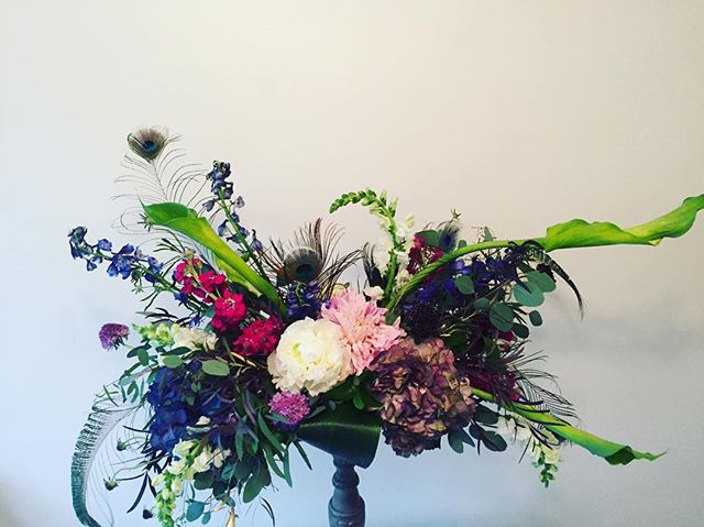 #peacockfeathers #wedding #peacock-centerpiece #delawareweddingflorist #weddinginspiration #paweddin