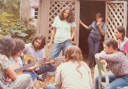 Samuel (com o violão) e Márcia Cardeal (de pé com um cigarro nas mãos)