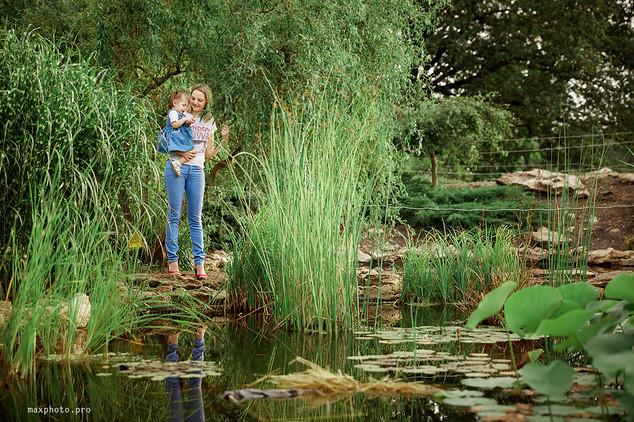Семья в ботаническом саду