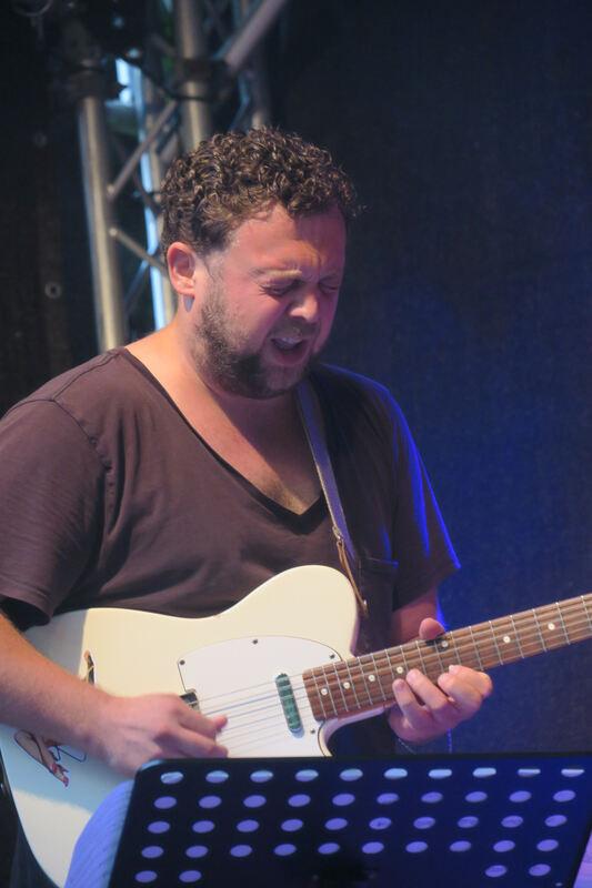Der Jazzgitarrist Christoph Neuhaus beim Auftritt des Ensembles Blank Page auf der Sudhaus-Waldbühne. FOTO: KNAUER