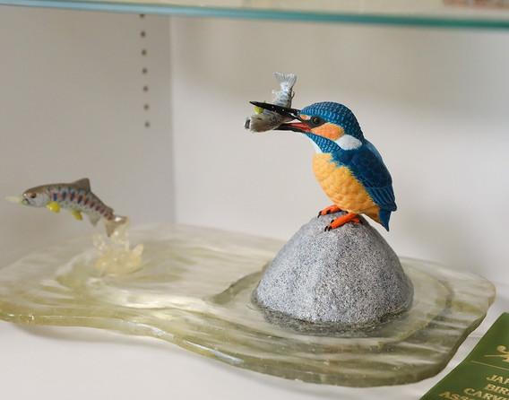 4 黒澤さんが彫ったカービングの作品。オタッペ川で見たカワセミ