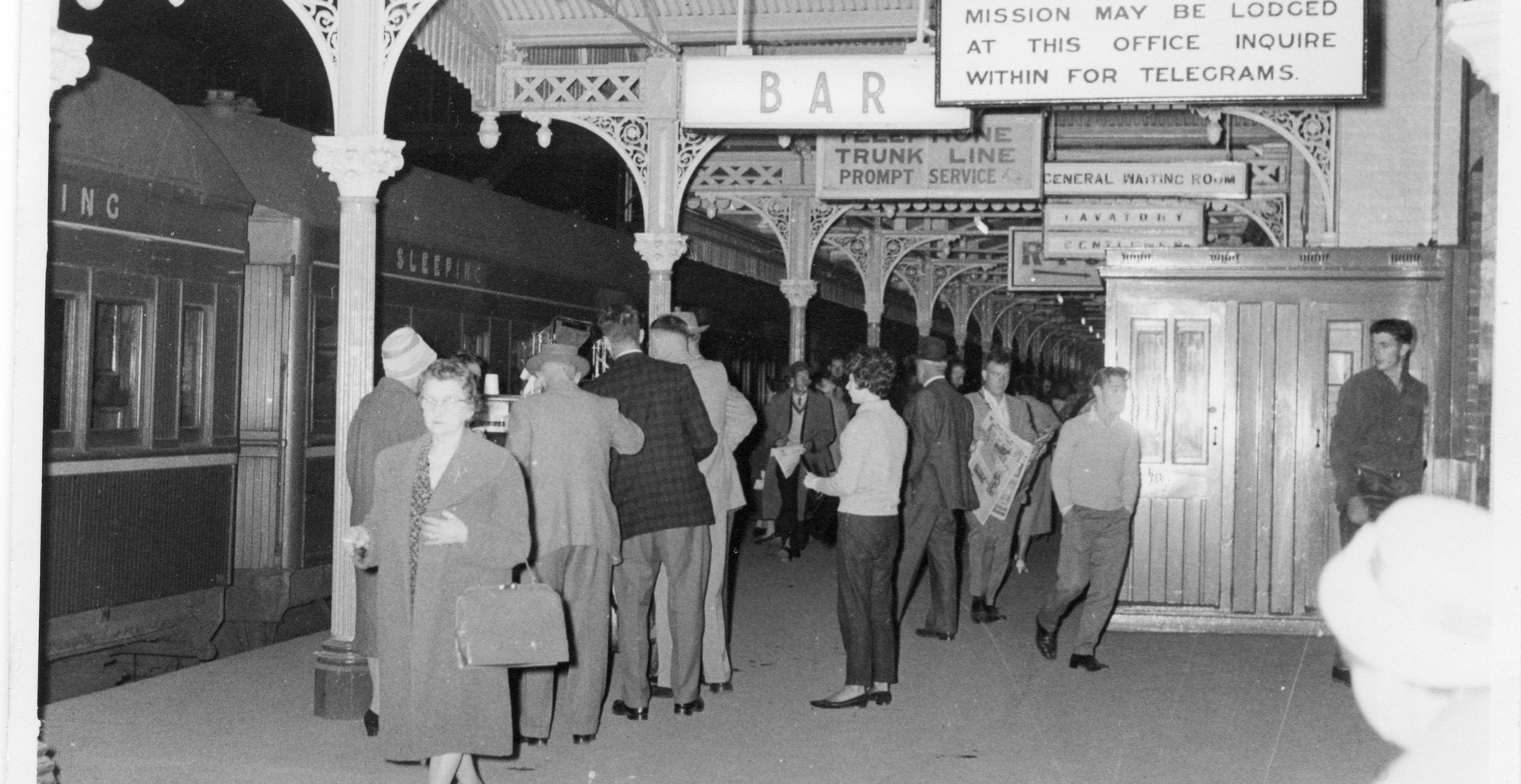 Last change at the border: passengers changing trains (and gauge) for the last time at Albury Station. -Railway Resource Centre, Australian Railway Historical Society, NSW Division