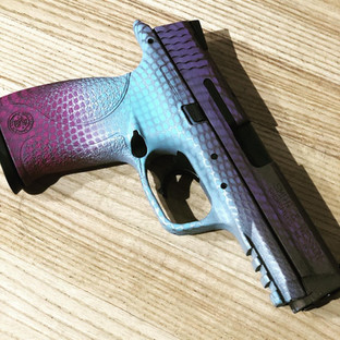 Hombre Smith Wesson M&P Cerakote.jpg