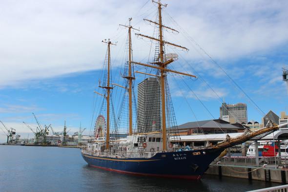 神戸モザイクに停泊中の帆船「MIRAIE」