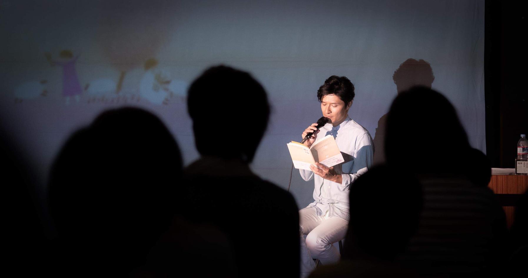 監督:橋本昌彦氏によるコンサートは、葉祥明氏の絵を投影しながら行われます