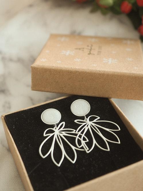 Ohrstecker mit geometrischen Blüten-Anhängern