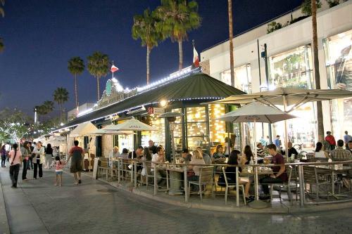 https://www.santamonicabeaches.com/images/promenade-restaurants.jpg