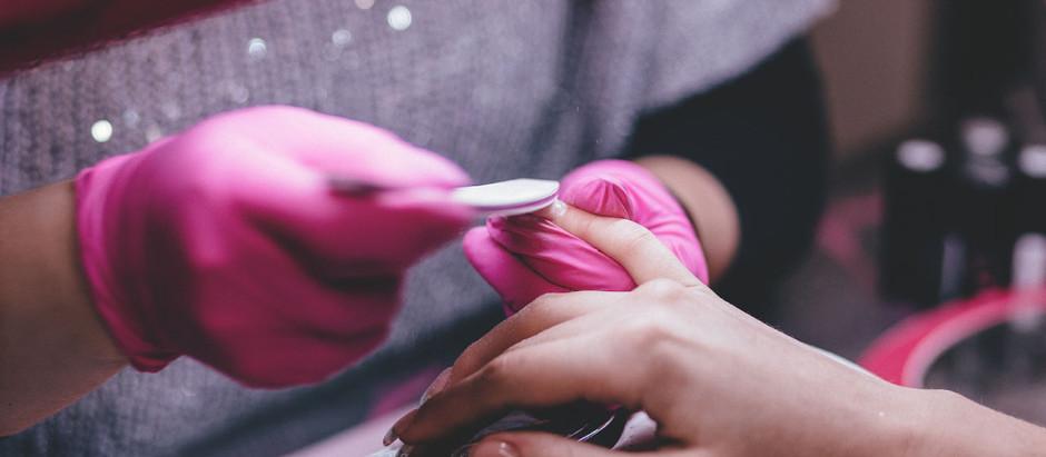Manicure não consegue comprovar vínculo de emprego com salão de beleza.