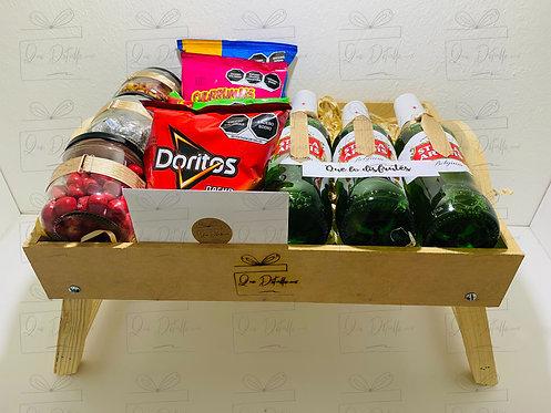 Mesa plegable con cervezas y botanas