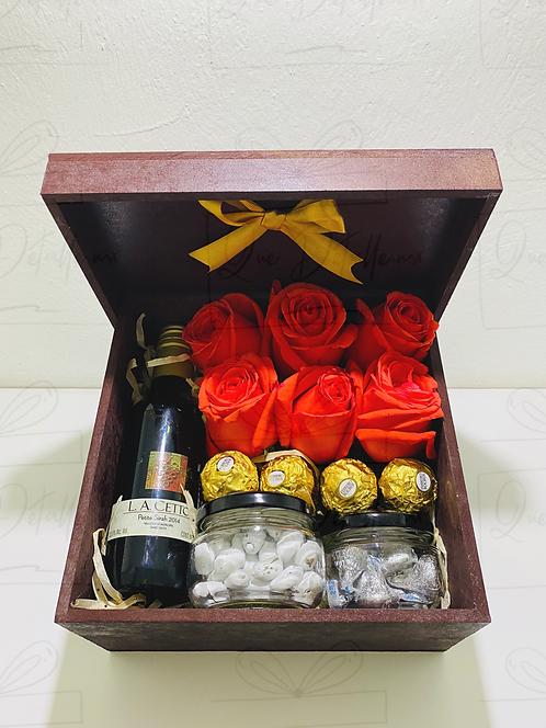 Caja con Botella Tinto mini de 187 ml y Rosas
