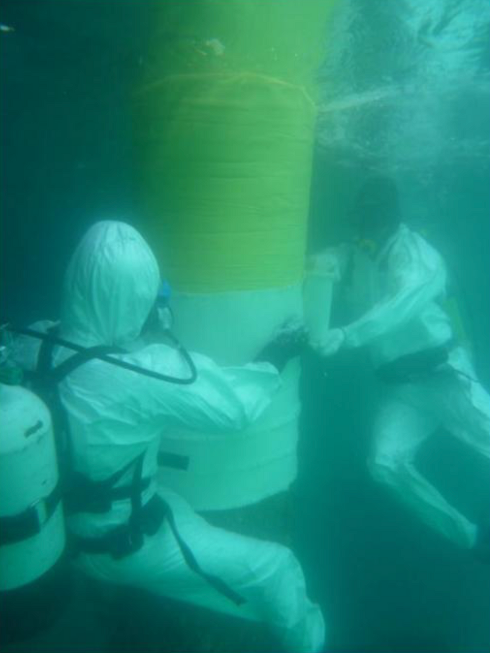 Application of the STOPAQ Outerglass XT 24 corrosion prevention under water that can be applied underwater