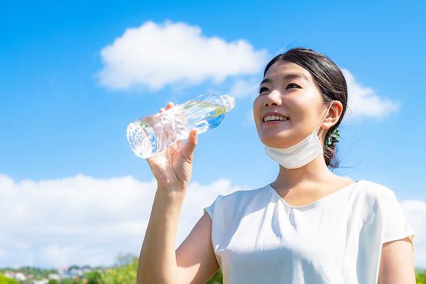 ラベンダー水を飲む女性