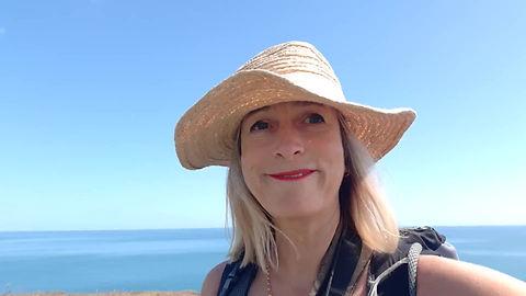 Contemporary landscape artist Julia Ann Field painting en plein air on Sussex clifftop