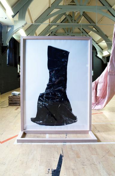 Vinyl mini skirt with zip in black sculpture