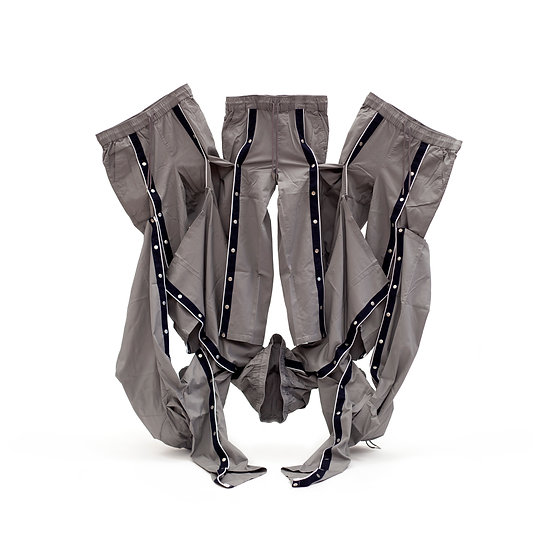 Relaxed trousers in grey with front poppers sculpture