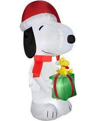 SNOOPY HOLDING PRESENT WITH WOODSTOCK