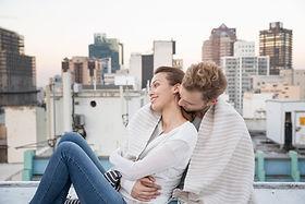 Paare, die auf einem Dach Kuscheln