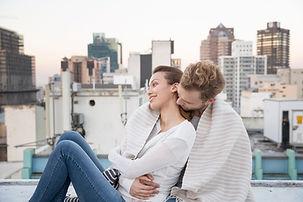 Пара Cuddling на крыше