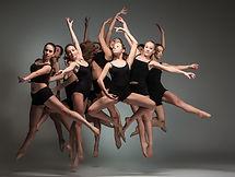 Muchos bailarines en Negro