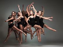 De nombreux danseurs en noir