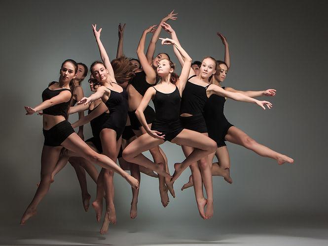 Muitos dançarinos no preto