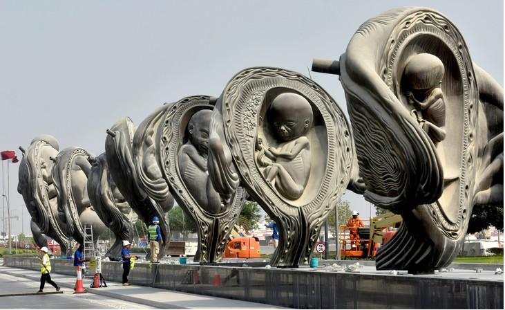 « Le voyage miraculeux », de Damien Hirst : une œuvre monumentale constituée de quatorze sculptures en bronze érigée devant un hôpital au Qatar. (photo : © AFP)