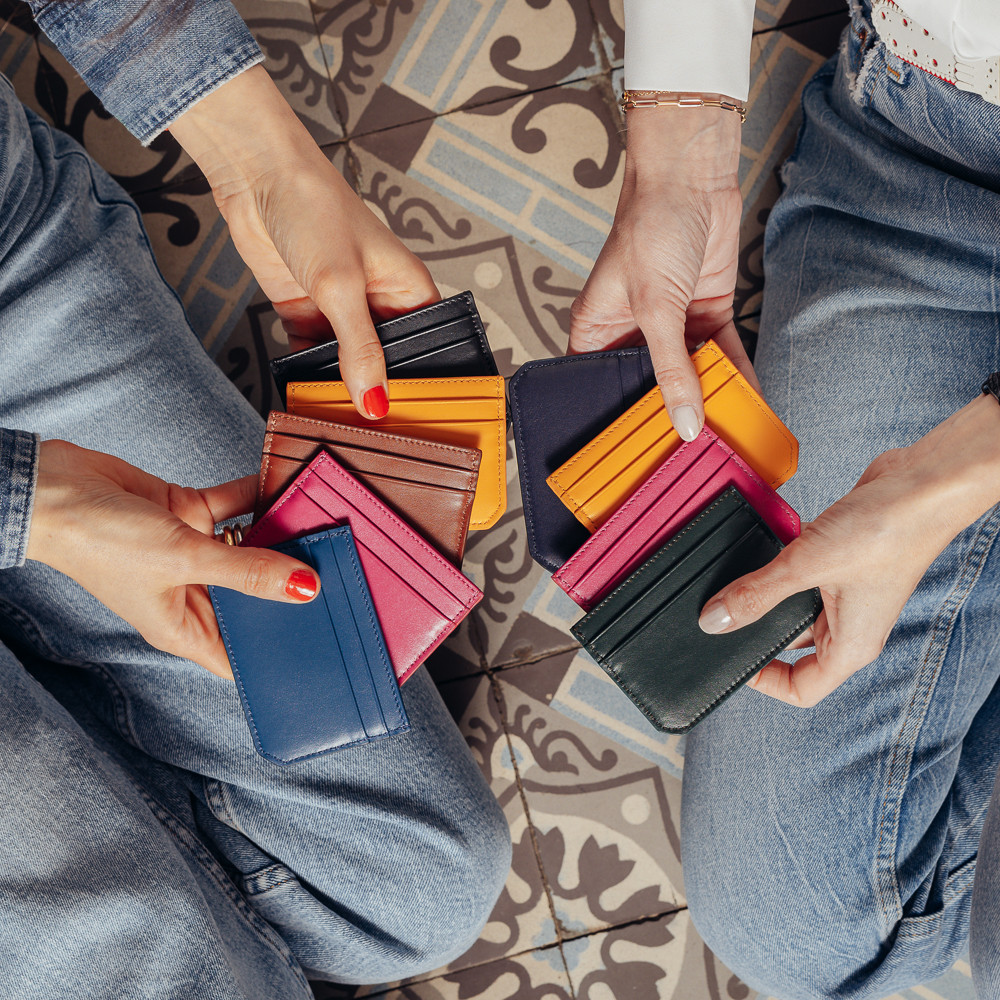 Photo presenting the new personnalisable card holders for men and women in denim blue pink brown yellow pine green and navy