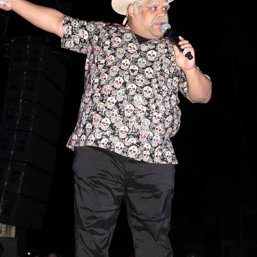 Don Cheto between performers 1