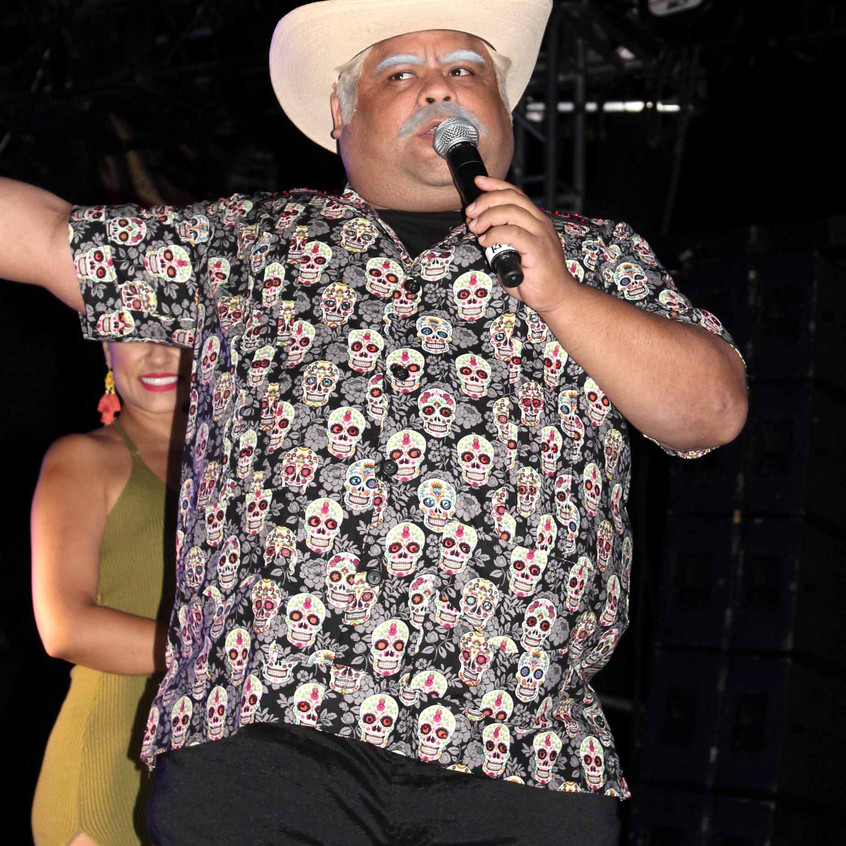 Don Cheto between performers
