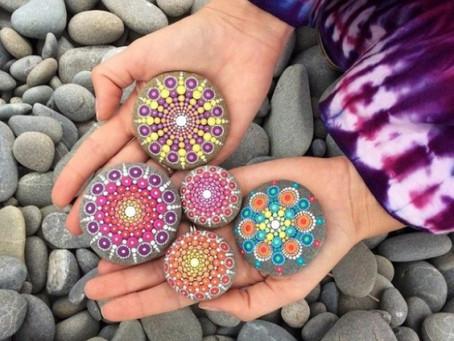 Artista pinta hermosos Mandalas en piedras