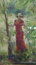 Женщина в красном в саду