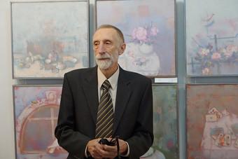 А.М. Ковалёв на фоне своих картин