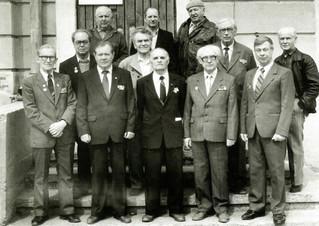 Ветераны Великой Отечественной войны и труда возле Дома художника. 1994 год