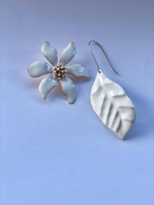 Beyaz inci çiçek, yaprak küpe
