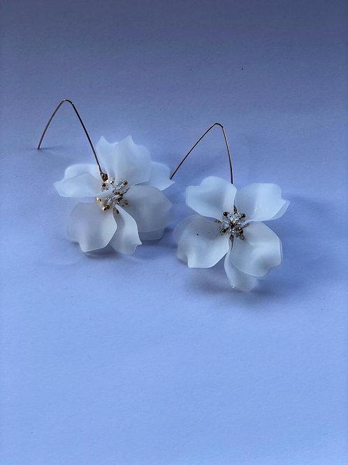 Beyaz çiçek küpe