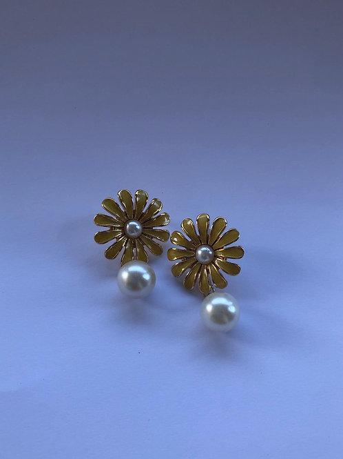 İnci detaylı çiçek küpe