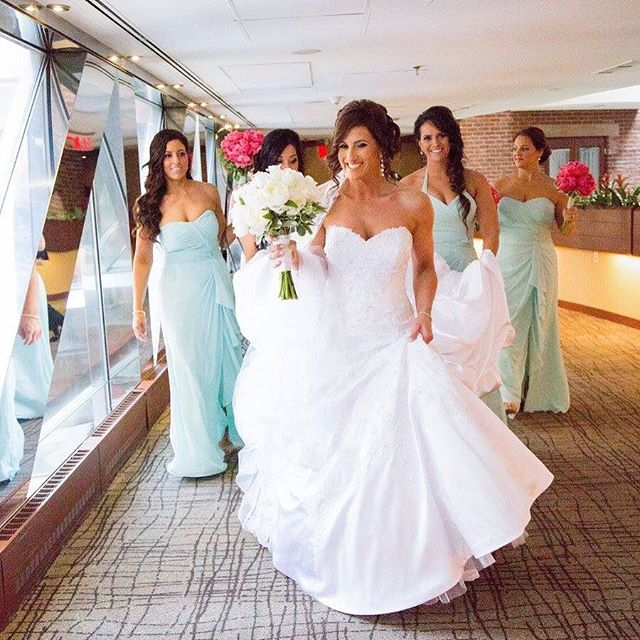 A bride & her bridal party 💁🏻💁🏻👰🏻💁🏻💁🏻 #bride #bostonbride #boston #wedding #bridalparty #b