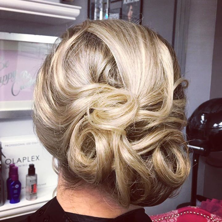 Updo-ing in the studio today 💁🏼
