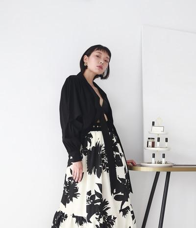 飄帶領開衩袖設計女衫-黑 黑印花泡袖洋裝