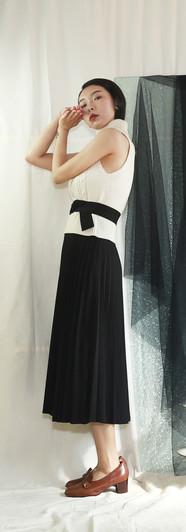 無袖短版高領針織背心 修身百摺長裙-黑