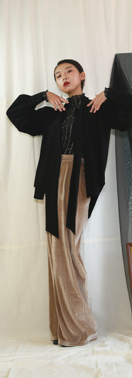 幸運星蕾絲網紗上衣 飄帶領開衩袖設計女衫-黑 直紋絲絨落地寬褲-蜜駝